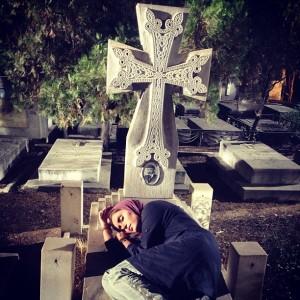 الناز شاکر دوست و سنگ قبر