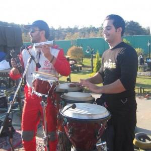 عکس کامبیز دیرباز در حال اجرای موزیک