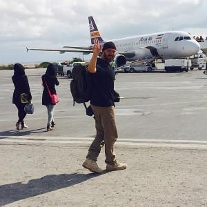 عکس کامبیز دیرباز کنار هواپیما