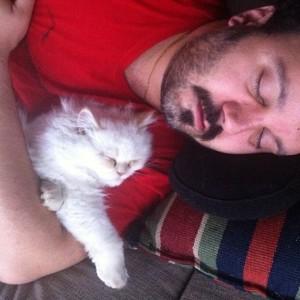 عکس کامبیز دیرباز و گربه اش پشمک