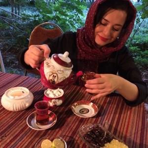 عکس های مهراوه شریفی نیا در حال چای ریختن